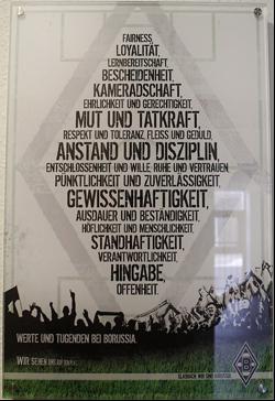 Cnoty i wartości piłkarza Borussii. Taka tablica widnieje przy wejściu do internatu dla młodych piłkarzy
